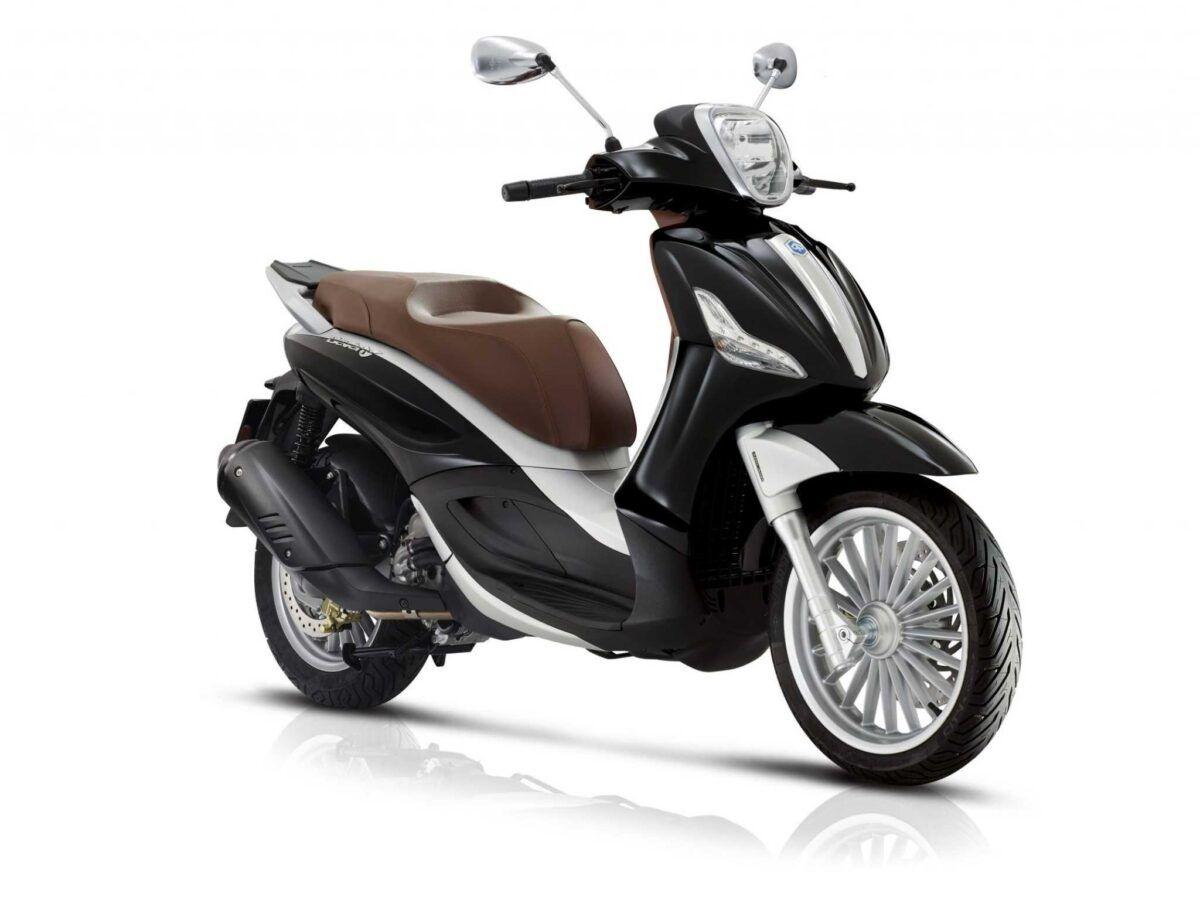 Moto Piaggio Beverly 300 en color negro nueva