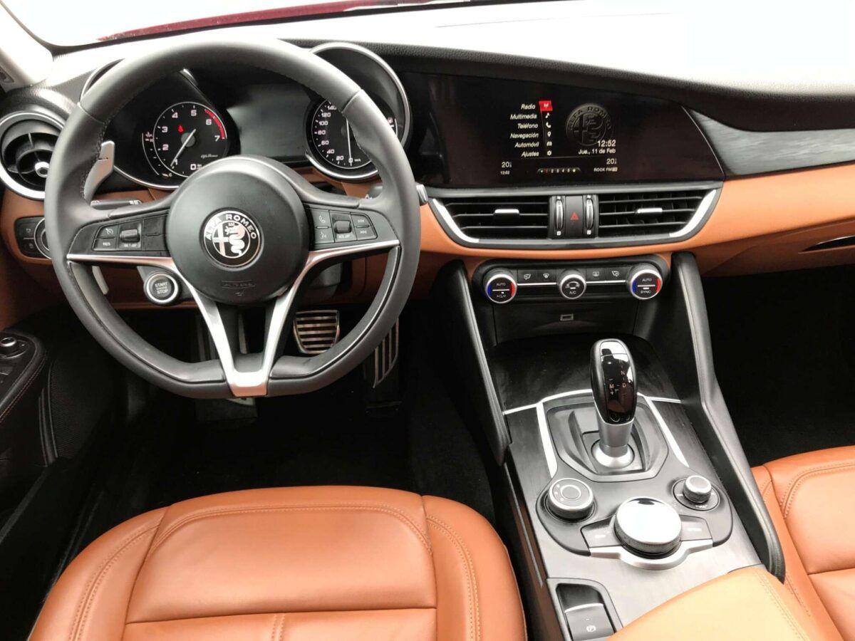 Alfa Romeo Giulia 2.0 Super AT 200 cv en color rojo de ocasión