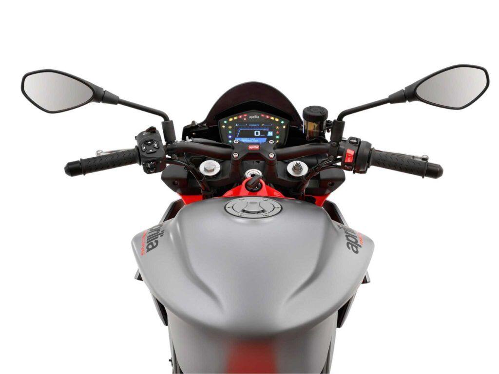Moto Aprilia Tuono 660 en color iridium grey (gris)