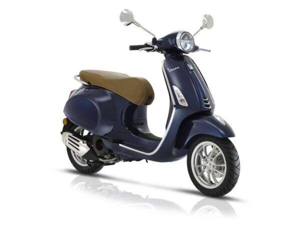 Vespa Primavera 125 E4 en color azul con asiento marrón